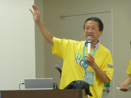 写真: ETロボコン関西地区実行委員会 実行委員 岩橋正実によるモデルの説明