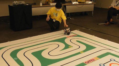 写真:レプリカコースでスタートする走行体